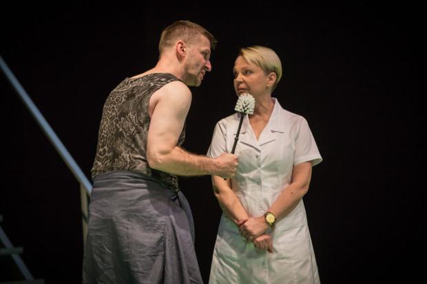 Randle Patrick McMurphy (Piotr Michalski) napotyka w szpitalu psychiatrycznym bezwzględną i bezlitosną Siostrę Ratched (Dorota Lulka). Ich konfrontacja to główna oś wszelkich napięć dramaturgicznych spektaklu.