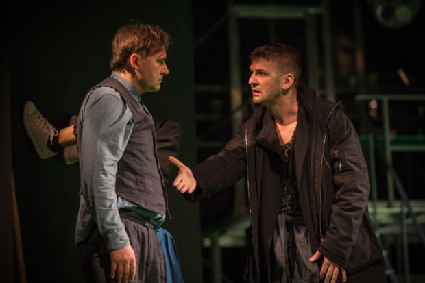 Najlepsi w gdyńskim spektaklu są Grzegorz Wolf (Wódz Bromden, po lewej) i Piotr Michalski (McMurphy). Obaj (wraz z Szymonem Sędrowskim grającym Billy'ego) buduje najciekawsze, dopracowane w szczegółach postaci bohaterów.