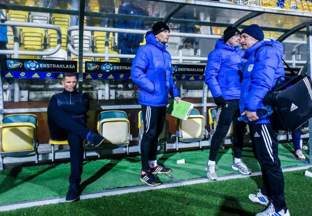 Sztab trenerski Arki Gdynia po raz ostatni z podobną zapaścią wynikową mierzył się wiosną 2015 roku. Od lewej: Grzegorz Niciński, Grzegorz Witt, Jarosław Krupski i masażysta Marek Latos.