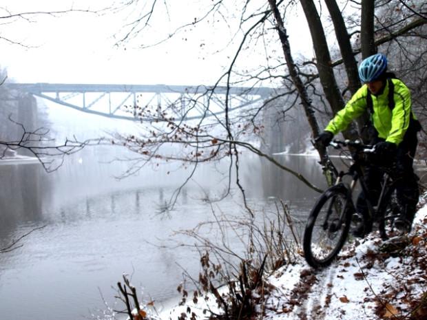 Jazda na rowerze w śniegu, jest równie przyjemna co w innych porach roku, trzeba tylko odpowiednio się do tego przygotować