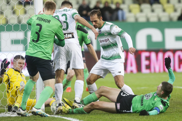 Mimo czasami tak heroicznej obrony piłkarzy Górnika Łęczna, Lechii Gdańsk udało się strzelić 3 gole. Na zdjęciu z rywalami walczą Grzegorz Wojtkowiak i Marco Paixao.