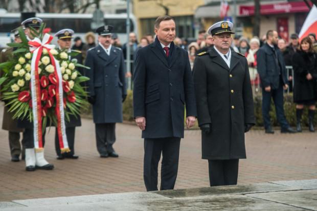 Prezydent Andrzej Duda składa wieniec pod płytą Pomnika Marynarza Polskiego w Gdyni.