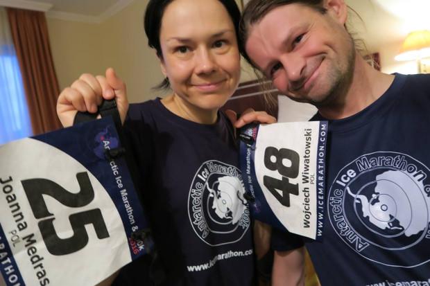 Joanna Mędraś i Wojciech Wiwatowski tuż przed wylotem na linię startu Antarctic Ice Marathon.