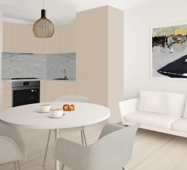 Koncepcja pierwsza. Połączenie beżowej kuchni z jasnym wyposażeniem części jadalnianej i wypoczynkowej sprawi, że pomieszczenie będzie robiło wrażenie większego.