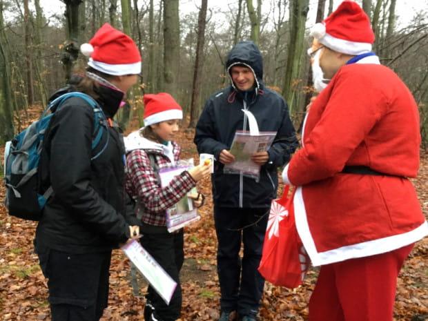Uczestnicy grudniowej edycji Rajdu Z Kompasem mieli okazję spotkać Mikołaja, który obdarowywał ich słodkimi upominkami.