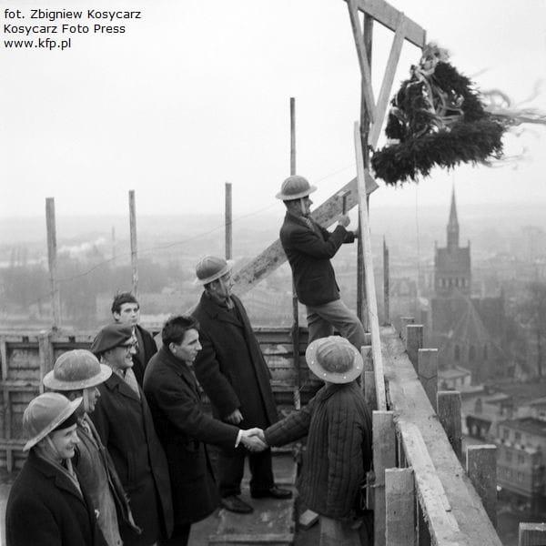Zawieszenie wiechy na wieżowcu Olimp. Na zdjęciu widoczny m.in. architekt wieżowca, Stanisław Michel. Zdjęcie wykonane 18 listopada 1967 roku.