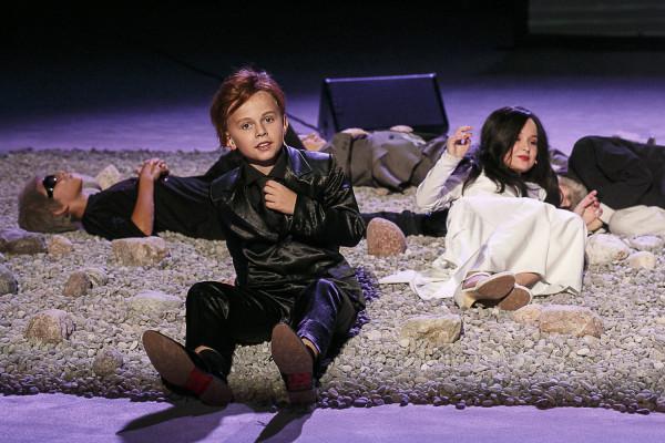 """W 2016 roku w teatrach masowo pojawiały się dzieci, które... nierzadko radziły sobie na scenie tak dobrze, jak dorośli aktorzy. Na pierwszym planie Piotr Burdzel, a po prawej Victoria Makowska w spektaklu Teatru Wybrzeże """"Mapa i terytorium"""" w reż. Eweliny Marciniak."""