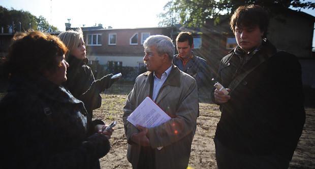 Wojewódzki konserwator zabytków, Marian Kwapiński (w środku), gdy w środę wizytował zajezdnię tramwajową, ubolewał, że jest ona potężnie zaniedbana.