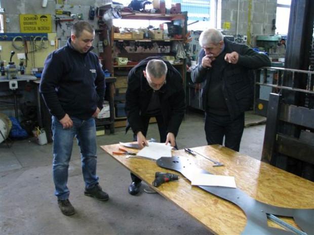 Rekonstrukcji zegara dokonują panowie Dmowscy z gdańskiej firmy Elfracorr. Grzegorz Szychliński (w środku) jest konsultantem prac i sprawuje nad nimi nadzór konserwatorski.