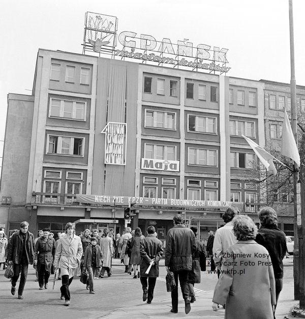 """Neon """"Gdańsk Miastem Kwiatów"""" na szczycie Domu Kupca przy skrzyżowaniu al. Grunwaldzkiej z ul. Jaśkowa Dolina, zdjęcie wykonane w kwietniu 1974 roku."""