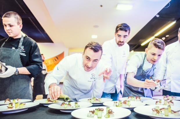 Kolacja Szefów Kuchni - przygotowywanie dań. Na zdjęciu Damian Mazurowski oraz Rafał Wałęsa