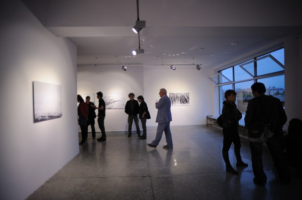 Przestronne, parterowe wnętrza placówek Gdańskiej Galerii Miejskiej nie utrudniają poruszania się osobom niepełnosprawnym, które przy wejściu do galerii (GGM2 - na zdjęciu i GGGG) mogą liczyć na pomoc w postaci ruchomego podestu.