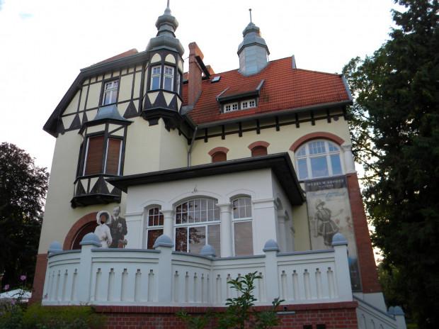 Muzeum Sopotu, mieszczące się w zabytkowej Willi Ernsta Claaszena, jest dostosowane do potrzeb osób niepełnosprawnych, którzy na każde piętro wystawiennicze dojadą windą, nie spotykając przykrych niespodzianek w postaci progów czy schodów na zewnątrz i w środku budynku.
