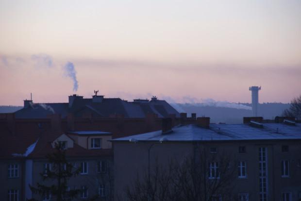 Gdańsk, jako jedna z niewielu gmin w Polsce, dofinansowuje wymianę starych pieców opalanych węglem (tzw. zasypowych) na nowe (tzw. retortowe). Koszt takiego pieca wynosi ok. 5-6 tys. zł., a wysokość dofinansowania 1 tys. zł.