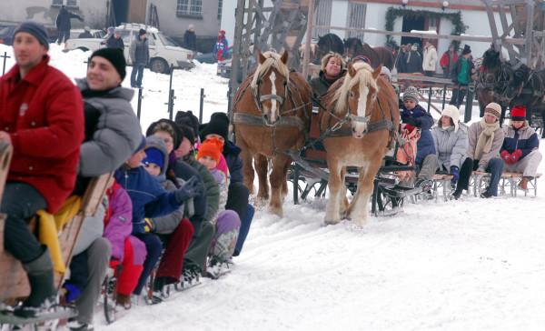 Kulig w zaprzęgu konnym to frajda zarówno dla dzieci, jak i dla dorosłych.