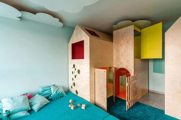 """""""Mieszkanie Jasia"""" to zajmujący powierzchnię 30 m kw. plac zabaw w jednym z apartamentowców SeaTowers. Stworzony dla dwóch dziewczynek, zainspirowany został baśnią o Jasiu i magicznej fasoli, w której bohater wspina się po łodydze rośliny do krainy fantazji usytuowanej ponad chmurami. Projekt: pracownia architektoniczna Interurban."""