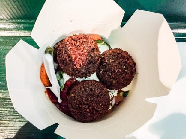 Falafel z grillowanymi warzywami i ziołowym twarogiem w Kult Kebab.