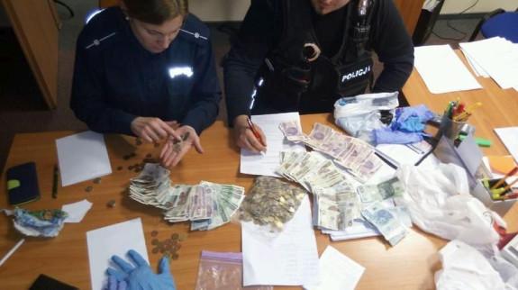 Według policji zatrzymane osoby wyciągnęły z puszek WOŚP około 4,5 tys. zł.