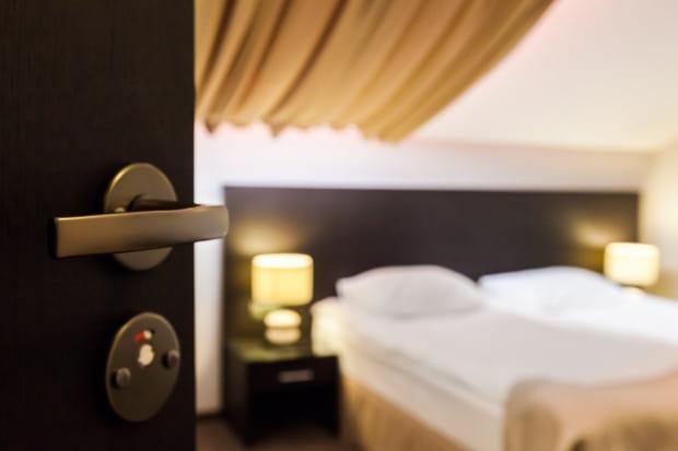 - Dotychczas inwestycja w hotel była zarezerwowana dla dużych inwestorów, którzy stawiali w całości hotele w oparciu o własny plan biznesowy. W modelu condo kwotowy próg wejściowy jest porównywalny do wydatku na zakup średniej klasy mieszkania - twierdzi Lech Swędrak, niezależny doradca finansowy.