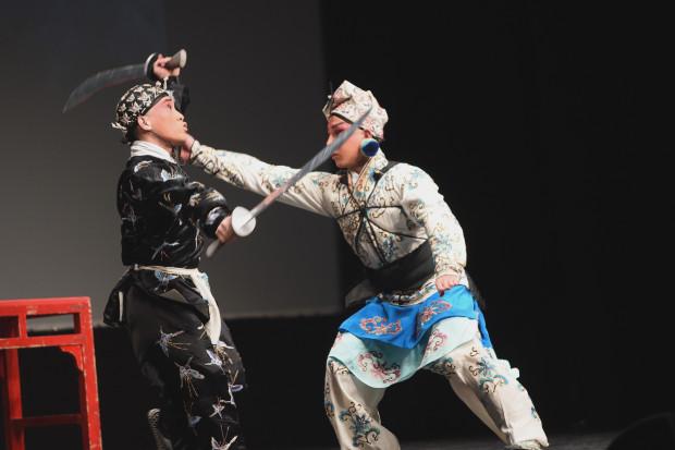 Doskonałe przygotowanie fizyczne Ma Haiqinga (po prawej) i Zhanga Qingmina pozwoliły zbudować najlepszą, komediową scenę, gdy wojownicy walczą w ciemnościach.