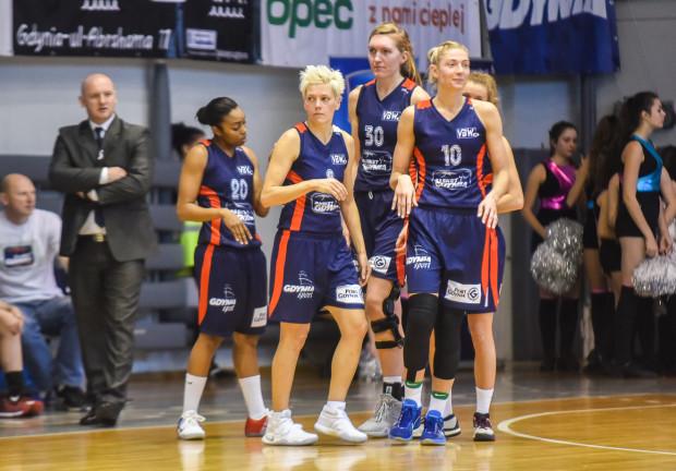 Koszykarki Basketu Gdynia odniosły cenne zwycięstwo w Lublinie. Na zdjęciu od lewej: trener Marek Lebiedziński, Reene Montgomery, Jelena Skerović, Carolyn Swords i Monika Grigalauskyte.