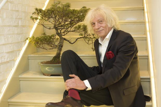 Krzysztof Wołkowicz, bonsaista z Sopotu, z samodzielnie ukształtowanym drzewkiem bonsai - miniaturową azalią