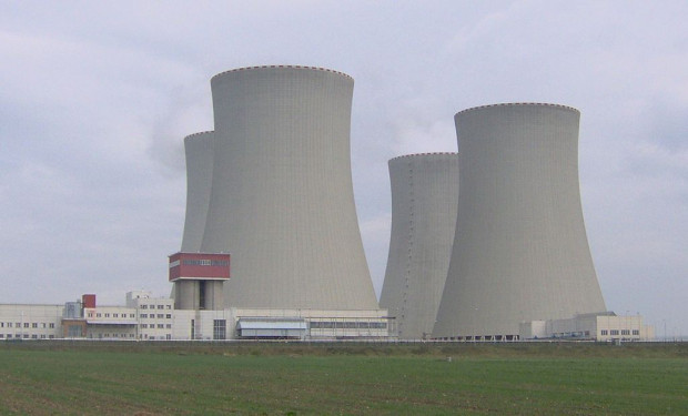 Wszystko wskazuje na to, że druga próba wybudowania w Polsce elektrowni jądrowej również spali na panewce. Tymczasem energię pochodzącą z rozszczepienia jąder atomów pozyskuje się od wielu lat w większości krajów Europy. Na zdjęciu uruchomiona w 2002 roku elektrownia Temelín w Czechach.