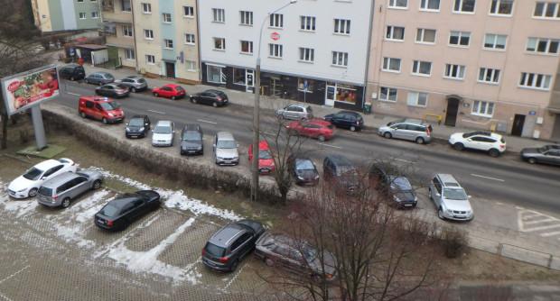 Parkowanie skośne i wjeżdżanie na chodnik nie wszystkim się podoba. Urzędnicy skłaniają się ku temu, by znaki nie pozostawiały wątpliwości.