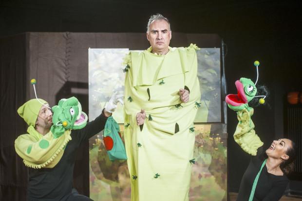 Rezolutne robaczki, Jasiek i Małgosia, podczas swojej przygody spotkają wiele dziwnych stworzeń. Jednym z nich jest Pan Gąsienica (Andrzej Żak, w środku).