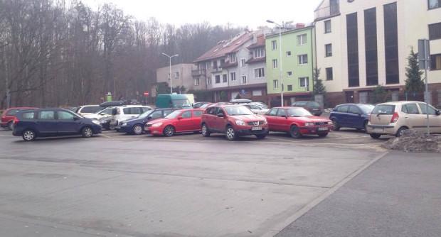 Parking przy szpitalu bywa zapełniony nawet w godzinach południowych w dni powszednie.