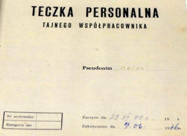 """Teczka TW """"Bolka"""" przechowywana przez lata przez gen. Kiszczaka."""