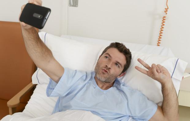 Warto zastanowić się, jakie zdjęcia zamieszczamy na portalach społecznościowych podczas zwolnienia lekarskiego. Jeśli pokazujemy, jak odpoczywamy w łóżku, problemu nie ma. Jeśli pochwalimy się wczasami wśród palm, ZUS może odebrać nam zasiłek chorobowy.