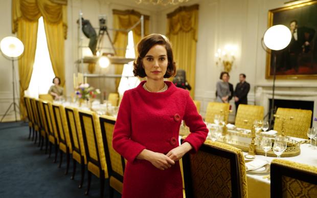 Dystyngowana, szlachetna, ale i oziębła, szorstka w obyciu i stanowcza. Taka potrafi być ekranowa Jacqueline Kennedy w wydaniu wybornej Natalie Portman. Dzięki aktorce, schematyczna wydawałoby się postać, nabiera tak wielkiego kolorytu i złożoności.