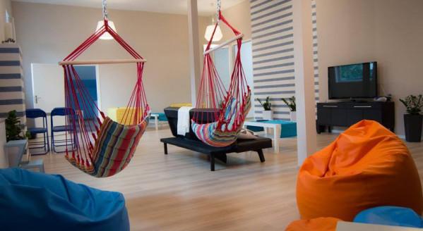 Wspólny salon to część wypoczynkowa, z której na co dzień  korzystają mieszkający w hostelu studenci.