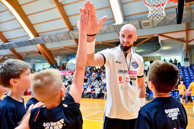 Nauka w Szkole Mistrzostwa Sportowego Marcina Gortata będzie bezpłatna. W pierwszym naborze placówka przyjmie około setki dzieci.