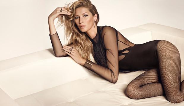 Transparentne, z koronką, a może golfem? Body w tym sezonie ma różne oblicza. Na zdjęciu Gisele Bundchen w kampanii marki Vivara.