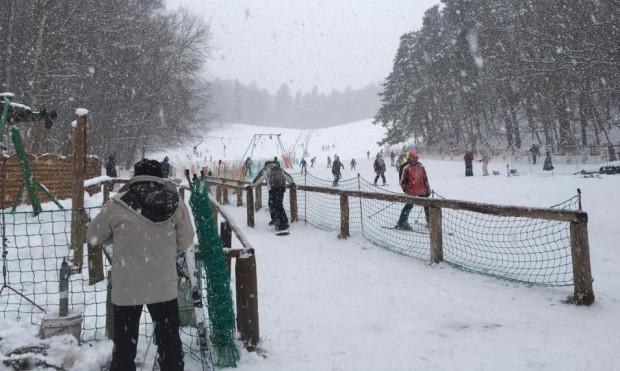 Śnieg a razem z nim narciarze ponownie zawitali na Łysą Górę w Sopocie.