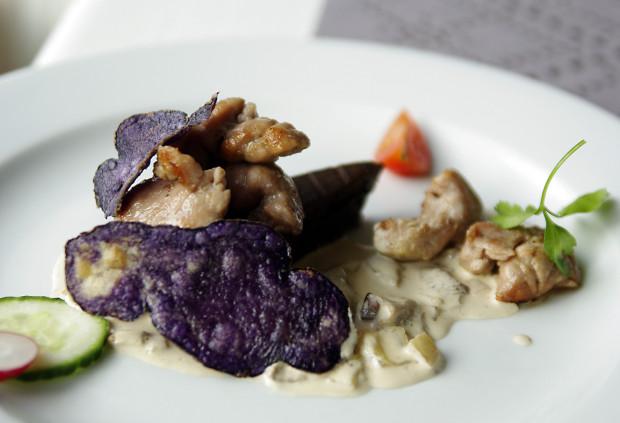 Grasica cielęca sous vide z brownie z borowików, sosem z borowików oraz chipsami z ziemniaka truflowego.
