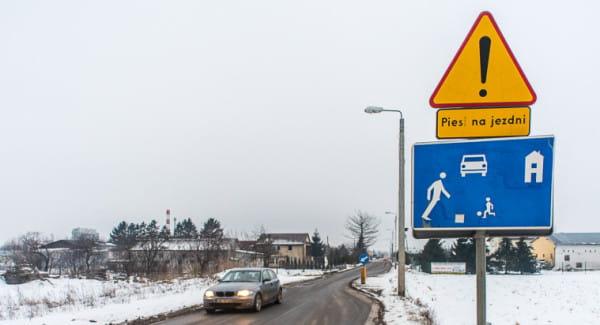 Za tym znakiem można jechać z prędkością maksymalnie 20 km/h. Wielu kierowców o tym nie wie, wielu też to ograniczenie lekceważy.
