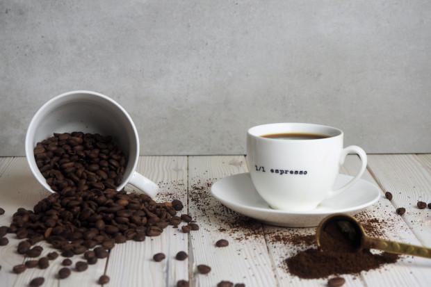 Absolutnie nie trzeba być posiadaczem drogiego ekspresu ciśnieniowego, żeby cieszyć się w domu doskonałym espresso albo nieco mniej intensywnym naparem.
