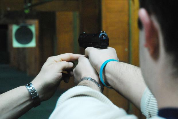 W chwili, gdy doszło do zdarzenia, na strzelnicy 36-latkowi towarzyszył instruktor strzelania.