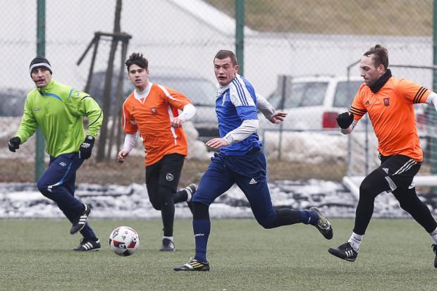 Szymon Sadowski ma 23 lata, ale i spore doświadczenie, nie tylko piłkarskie. Grał w I lidze, pracował fizycznie w Anglii, a teraz uczy się w szkole oficerskiej. Studia i służbę wojskową będzie łączył z występami w Bałtyku.