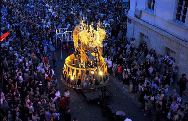 """Monumentalna """"La Grande Parade"""" francuskiej Compagnie Off, zakończona widowiskiem na Reducie Wyskok, będzie finałem Festiwalu FETA 2017."""