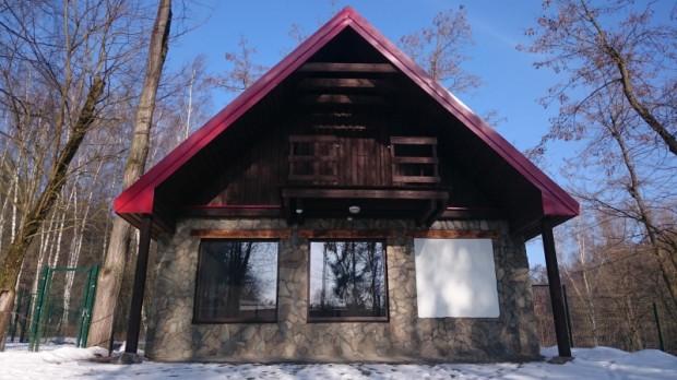 Front domku, w którym zamieszkają antylopowce szablorogie.
