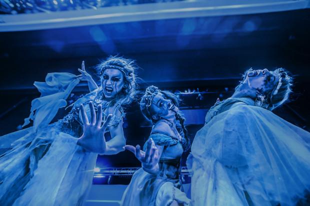 Choreografia teatru Avatar nie należała do najlepszych, ale wygląd tancerek dopracowano w najmniejszym detalu.