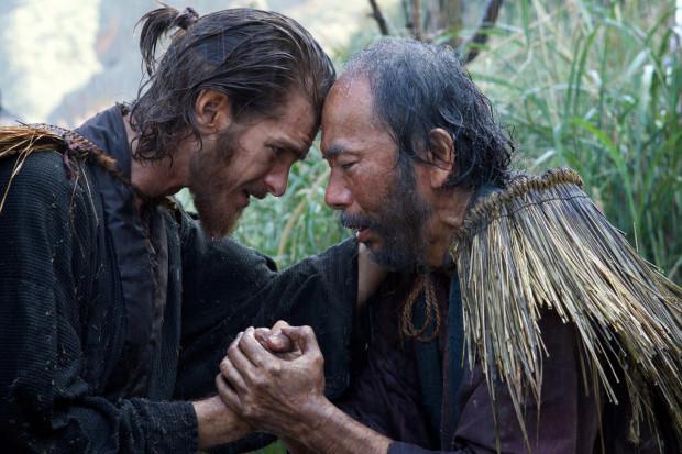 """Martin Scorsese, który w swojej dotychczasowej karierze reżyserskiej otwarcie nie krył swoich katolickich przekonań, w """"Milczeniu"""" do kwestii wiary podchodzi w różnoraki sposób. Niestety nie potrafi ubrać tego w zgrabną i przystępną opowieść, która finalnie gubi tempo, choć za sprawą postaci ojca Rodriguesa i jego indywidualnych wyborów trzyma w napięciu."""