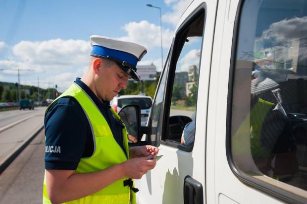 Policjant nie zawsze jest zmuszony do wlepienia kierowcy mandatu. Tak naprawdę funkcjonariusze mają spore pole do interpretacji wykroczenia.