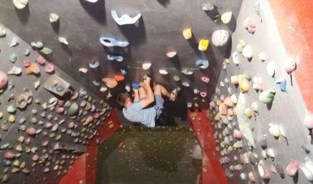 Wspinaczka na ściankach boulderingowych to nie tylko ciekawe urozmaicenie treningów.