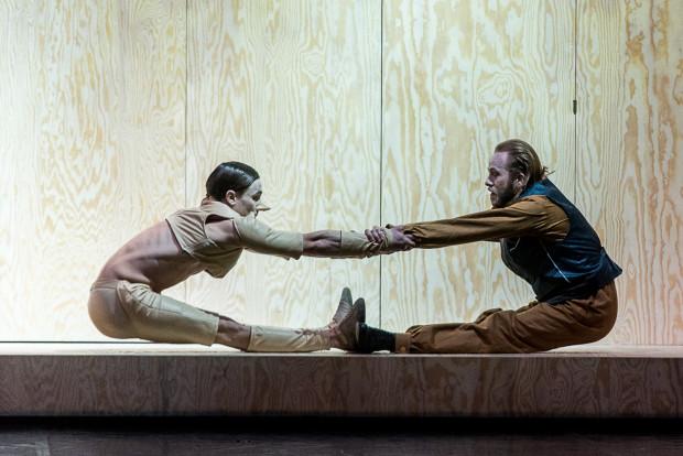 Relacja Pinokia (Oleksandr Khudimov, z lewej) a biednym Dżepettem (Filip Michalak) jest odbiciem typowych relacji ojca i syna, zaś ich wspólny taniec w początkowej fazie spektaklu zapowiada akrobatyczne niespodzianki w dalszej części.