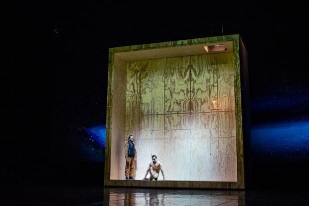 Głównym elementem scenografii spektaklu jest wielofunkcyjna konstrukcja przypominająca wielki kawałek drewna, symbolizujący zarówno stolarnię Dżepetta, jak i formę, z jakiej powstał Pinokio.